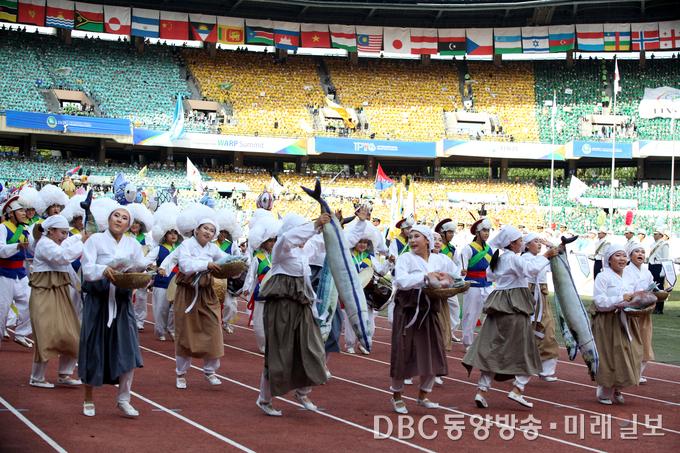 '평화의 행진'을 주제로 열린 세계의 문화 퍼레이드에서는 10여 가지의 한국 전통문화가 선보였다. ⓒ장건섭 기자