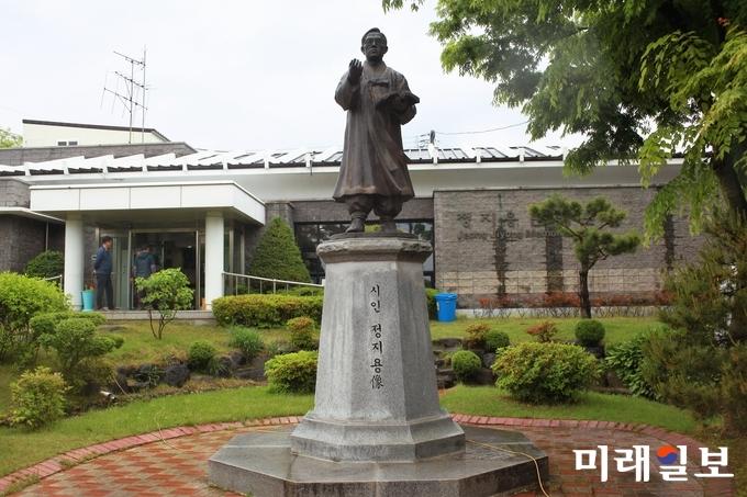 충북 옥천군 중앙로 '정지용 문학관' 앞에 세워져 있는 정지용 시인 동상./사진=장건섭 기자