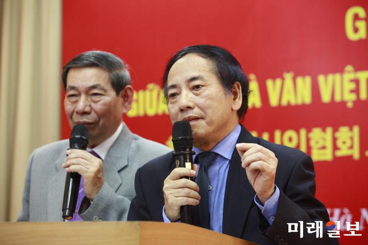 11일 오후 베트남 하노이 문학예술연합회 회의실에서 개최된 한국현대시인협회와 베트남작가협회와의 공동 문학교류 행사에서 베트남의 레탄응니(Le Thanh Nghi) 시인(문학평론가)이 '베트남 현대시 발전과정'의 주제 발표를 하고 있다./사진=장건섭 기자